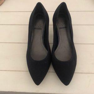 Women's kitten heels in stretch fabric. Size 7.5